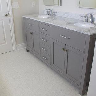 Idéer för ett klassiskt en-suite badrum, med grå skåp, ett fristående badkar, vit kakel, keramikplattor, grå väggar, terrazzogolv, ett undermonterad handfat, marmorbänkskiva, vitt golv och dusch med gångjärnsdörr