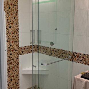 Foto de cuarto de baño principal, moderno, grande, con ducha a ras de suelo, baldosas y/o azulejos blancos, baldosas y/o azulejos de vidrio y suelo de baldosas tipo guijarro