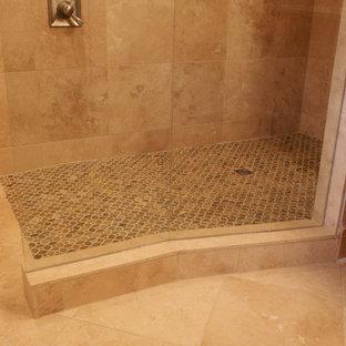 Ispirazione per una grande stanza da bagno padronale classica con doccia a filo pavimento, piastrelle in pietra, pavimento con piastrelle a mosaico, ante con riquadro incassato, ante in legno scuro, piastrelle beige, top in granito e pareti beige