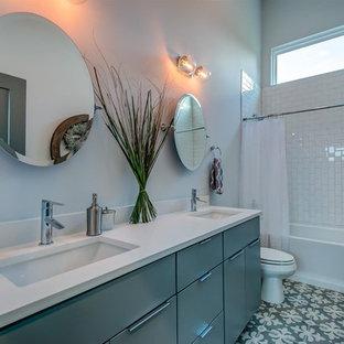 Immagine di una stanza da bagno con doccia design con ante lisce, ante verdi, vasca ad alcova, vasca/doccia, piastrelle bianche, piastrelle diamantate, pareti bianche, pavimento in cementine, lavabo sottopiano, pavimento verde, doccia con tenda e top bianco