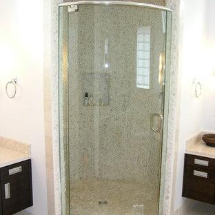 Idee per una stanza da bagno padronale minimalista di medie dimensioni con ante lisce, ante in legno bruno, doccia alcova, piastrelle beige, piastrelle di ciottoli, pareti bianche, pavimento in gres porcellanato e top in pietra calcarea