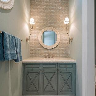 Immagine di una piccola stanza da bagno chic con consolle stile comò, WC monopezzo, piastrelle multicolore, piastrelle in pietra, lavabo sottopiano, ante turchesi, pareti blu, pavimento in marmo e top in marmo