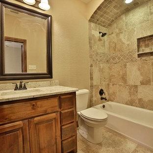 Stanza da bagno rustica con piastrelle in gres ...