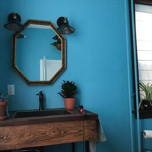 Ispirazione per una piccola stanza da bagno con doccia country con nessun'anta, ante marroni, doccia ad angolo, WC a due pezzi, pareti blu, pavimento in legno massello medio, lavabo da incasso, top in legno, pavimento marrone e top marrone