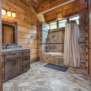Новые идеи обустройства дома: ванная комната в стиле рустика с врезной раковиной, фасадами в стиле шейкер, темными деревянными фасадами, ванной в нише, душем над ванной, коричневой плиткой и синей столешницей