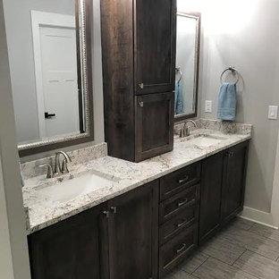 Inspiration för ett en-suite badrum, med skåp i shakerstil, skåp i mörkt trä, ett undermonterad handfat och granitbänkskiva