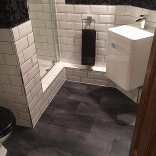 サンフランシスコの小さいコンテンポラリースタイルのおしゃれなバスルーム (浴槽なし) (フラットパネル扉のキャビネット、白いキャビネット、段差なし、白いタイル、サブウェイタイル、黒い壁、クッションフロア、一体型シンク、茶色い床、開き戸のシャワー、白い洗面カウンター) の写真