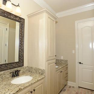 Esempio di una stanza da bagno per bambini classica con ante con bugna sagomata, ante beige, vasca da incasso, piastrelle beige, piastrelle in ceramica, pareti beige, pavimento in mattoni, lavabo sottopiano, top in granito, pavimento multicolore e top beige
