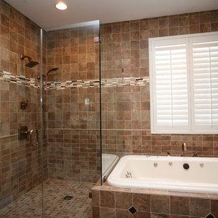 Bild på ett stort funkis en-suite badrum, med ett undermonterad handfat, luckor med upphöjd panel, skåp i mellenmörkt trä, granitbänkskiva, en jacuzzi, en öppen dusch, en toalettstol med separat cisternkåpa, brun kakel, porslinskakel, beige väggar och klinkergolv i porslin
