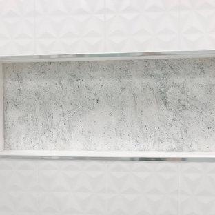 Ispirazione per una piccola stanza da bagno minimal con ante in stile shaker, ante blu, doccia ad angolo, piastrelle bianche, piastrelle in gres porcellanato, pareti beige, pavimento in gres porcellanato, lavabo sottopiano, top in quarzo composito, pavimento beige, porta doccia scorrevole e top blu