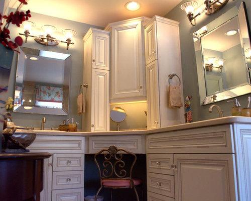 badezimmer mit beigefarbenen schr nken und zementfliesen. Black Bedroom Furniture Sets. Home Design Ideas