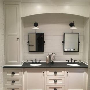 Ejemplo de cuarto de baño infantil, clásico, de tamaño medio, con armarios con rebordes decorativos, puertas de armario blancas, paredes blancas, suelo de madera en tonos medios, lavabo bajoencimera y encimera de esteatita