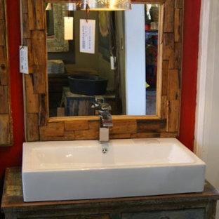 Imagen de cuarto de baño con ducha, rústico, de tamaño medio, con armarios con paneles con relieve, puertas de armario de madera oscura, baldosas y/o azulejos rojos, paredes rojas, suelo de travertino, encimera de acrílico, suelo beige y lavabo sobreencimera