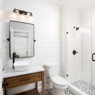 Ejemplo de cuarto de baño romántico, de tamaño medio, con puertas de armario de madera oscura, baldosas y/o azulejos blancos, paredes blancas, ducha con puerta con bisagras y encimeras amarillas