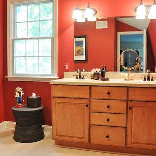 Mittelgroßes Rustikales Duschbad mit profilierten Schrankfronten, hellen Holzschränken, Duschnische, beigefarbenen Fliesen, Keramikfliesen, roter Wandfarbe, Keramikboden, Unterbauwaschbecken und Laminat-Waschtisch in Baltimore