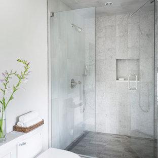 Modelo de cuarto de baño con ducha, minimalista, pequeño, con puertas de armario blancas, ducha empotrada, sanitario de dos piezas, baldosas y/o azulejos beige, baldosas y/o azulejos de porcelana, paredes blancas, suelo de baldosas de porcelana, lavabo bajoencimera, encimera de cuarzo compacto, suelo gris y ducha con puerta con bisagras
