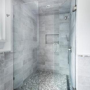 Foto di una piccola stanza da bagno con doccia minimalista con ante grigie, doccia alcova, WC a due pezzi, piastrelle grigie, piastrelle in gres porcellanato, pareti bianche, pavimento in gres porcellanato, lavabo sottopiano, pavimento grigio e porta doccia a battente