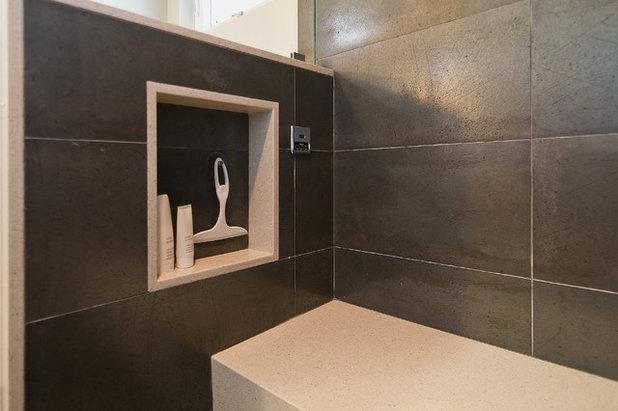 Moderno Stanza da Bagno by RemodelWest
