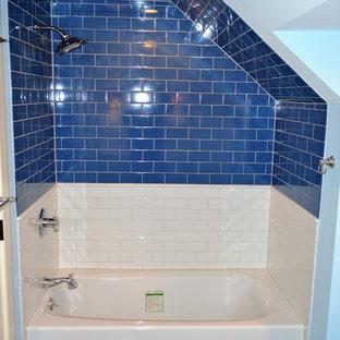 Ejemplo de cuarto de baño infantil, campestre, de tamaño medio, con bañera encastrada, combinación de ducha y bañera, baldosas y/o azulejos azules, baldosas y/o azulejos de cerámica, paredes azules y suelo de baldosas de cerámica