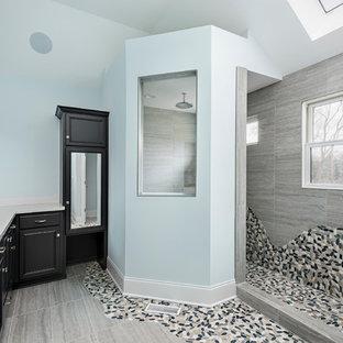 Foto di una stanza da bagno padronale classica con ante con bugna sagomata, ante nere, doccia alcova, piastrelle grigie, piastrelle di ciottoli, pareti blu, pavimento con piastrelle in ceramica, lavabo sottopiano, pavimento grigio e doccia aperta