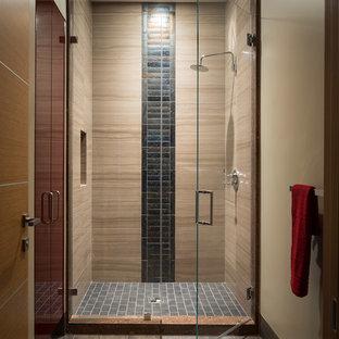 Immagine di una grande stanza da bagno con doccia design con ante lisce, ante rosse, doccia alcova, piastrelle grigie, piastrelle in gres porcellanato, pareti beige e pavimento in gres porcellanato