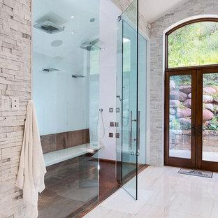 Esempio di una stanza da bagno minimal con doccia a filo pavimento, piastrelle bianche, pavimento beige e panca da doccia