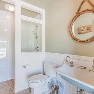 Diseño de cuarto de baño con ducha, costero, de tamaño medio, con lavabo de seno grande, ducha abierta, sanitario de dos piezas, baldosas y/o azulejos blancos, paredes beige, ducha abierta, suelo de baldosas tipo guijarro y suelo multicolor