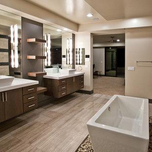 Idées déco pour une très grand salle de bain principale contemporaine avec un placard à porte plane, des portes de placard marrons, une baignoire indépendante, une vasque, un plan de toilette en surface solide, un sol beige, un plan de toilette blanc, meuble double vasque et meuble-lavabo suspendu.