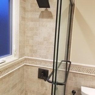 Idee per una stanza da bagno padronale tradizionale di medie dimensioni con ante con bugna sagomata, ante beige, vasca/doccia, piastrelle beige, piastrelle in travertino, pareti beige, top in quarzo composito, pavimento beige e porta doccia scorrevole