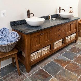 Idee per una stanza da bagno padronale rustica di medie dimensioni con ante in stile shaker, ante in legno scuro, WC a due pezzi, piastrelle blu, lastra di pietra, pareti beige, pavimento in ardesia, lavabo a bacinella, pavimento multicolore e top in saponaria