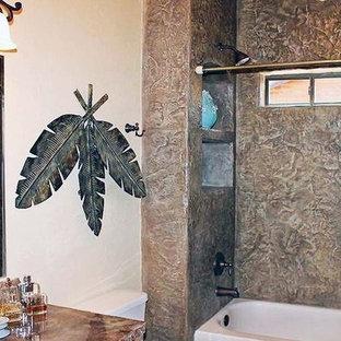 Idee per una stanza da bagno padronale tradizionale di medie dimensioni con vasca ad angolo, vasca/doccia, WC monopezzo, piastrelle grigie, lastra di pietra, pareti bianche, lavabo da incasso, top in saponaria, doccia con tenda e top beige
