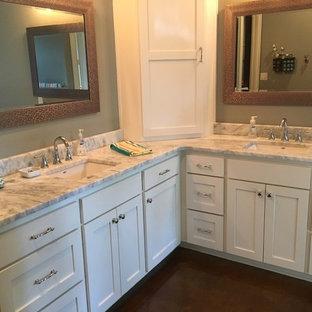 Foto på ett mellanstort vintage en-suite badrum, med luckor med upphöjd panel, vita skåp, ett platsbyggt badkar, en öppen dusch, en toalettstol med hel cisternkåpa, grå kakel, vit kakel, stenhäll, grå väggar, mörkt trägolv, ett nedsänkt handfat och bänkskiva i täljsten
