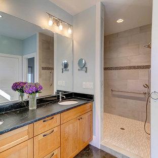 Diseño de cuarto de baño principal, clásico renovado, de tamaño medio, con puertas de armario de madera oscura, ducha empotrada, paredes azules, suelo de cemento, lavabo bajoencimera, encimera de esteatita, suelo marrón y ducha abierta