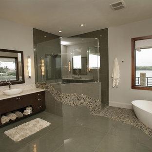Foto de cuarto de baño minimalista con bañera exenta, suelo de baldosas tipo guijarro y suelo de baldosas tipo guijarro
