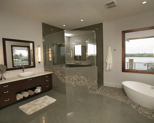Salle de bain moderne avec une plaque de galets photos - Idee carrelage salle de bain moderne ...