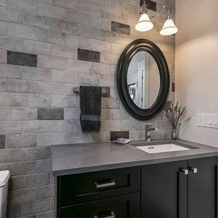 Неиссякаемый источник вдохновения для домашнего уюта: маленькая ванная комната в стиле лофт с фасадами в стиле шейкер, черными фасадами, душем без бортиков, унитазом-моноблоком, серой плиткой, керамогранитной плиткой, полом из керамогранита, душевой кабиной, врезной раковиной, столешницей из кварцита и душем с распашными дверями