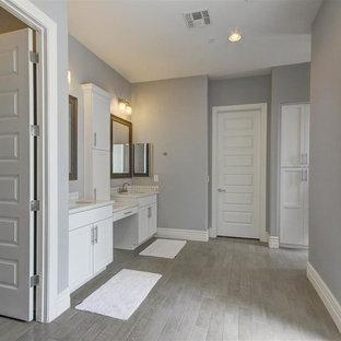 Inspiration för små amerikanska en-suite badrum, med skåp i shakerstil, vita skåp, ett badkar i en alkov, en dusch i en alkov, en toalettstol med hel cisternkåpa, mosaik, grå väggar, klinkergolv i porslin, ett undermonterad handfat och bänkskiva i kvarts