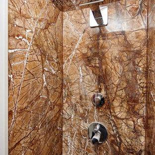 Foto di una piccola stanza da bagno con doccia minimalista con ante lisce, ante in legno bruno, vasca ad alcova, doccia alcova, bidè, piastrelle beige, piastrelle bianche, piastrelle in pietra, pareti bianche, pavimento in marmo, lavabo sottopiano e top in onice