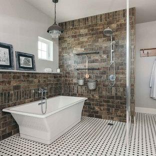 Foto de cuarto de baño principal, industrial, grande, con bañera exenta, ducha abierta, baldosas y/o azulejos blancas y negros, baldosas y/o azulejos de porcelana, paredes multicolor y suelo de baldosas de cerámica