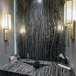 Ispirazione per una stanza da bagno con doccia minimalista di medie dimensioni con WC monopezzo, pistrelle in bianco e nero, lastra di pietra, pareti grigie, pavimento in gres porcellanato, lavabo integrato, top in zinco e pavimento grigio
