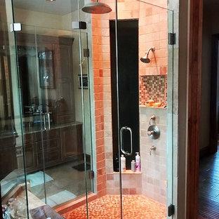 Esempio di una grande stanza da bagno padronale rustica con consolle stile comò, ante marroni, doccia alcova, piastrelle rosa, piastrelle a mosaico, pavimento con piastrelle in ceramica, lavabo integrato, top in marmo, pavimento multicolore e porta doccia a battente