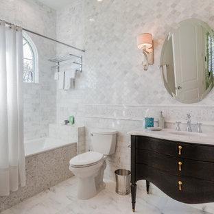 Immagine di una stanza da bagno con doccia classica con consolle stile comò, ante in legno bruno, vasca ad alcova, vasca/doccia, piastrelle bianche, lavabo sottopiano, pavimento bianco, doccia con tenda e top bianco
