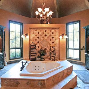 Idee per un'ampia stanza da bagno padronale mediterranea con consolle stile comò, ante in legno bruno, vasca da incasso, pareti marroni, pavimento in terracotta, lavabo sottopiano e pavimento rosso