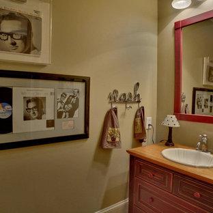Ejemplo de cuarto de baño con ducha, de estilo americano, de tamaño medio, con armarios tipo mueble, puertas de armario rojas, sanitario de dos piezas, baldosas y/o azulejos de cerámica, paredes beige, suelo de baldosas de cerámica, lavabo encastrado y encimera de madera