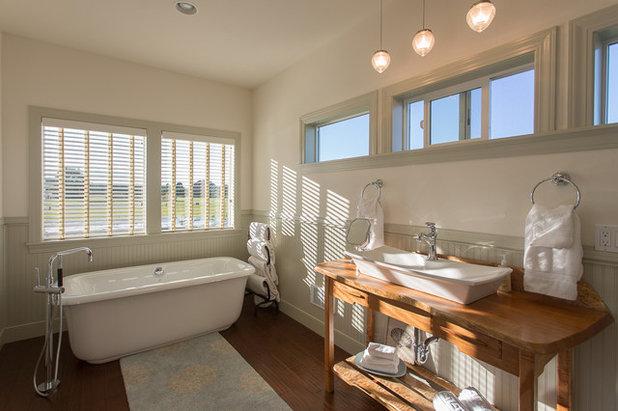 Кантри Ванная комната by Estes Builders
