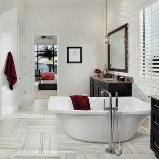 Стильный дизайн: главная ванная комната среднего размера в стиле современная классика с фасадами в стиле шейкер, темными деревянными фасадами, отдельно стоящей ванной, душем в нише, унитазом-моноблоком, бежевой плиткой, серой плиткой, белой плиткой, плиткой из листового камня, белыми стенами, полом из керамогранита, врезной раковиной и столешницей из цинка - последний тренд