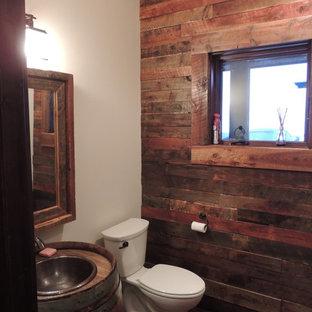 Ejemplo de cuarto de baño con ducha, rústico, pequeño, con sanitario de dos piezas, paredes multicolor y suelo de madera oscura