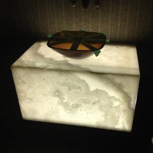 Foto de cuarto de baño asiático con lavabo con pedestal y encimera de ónix