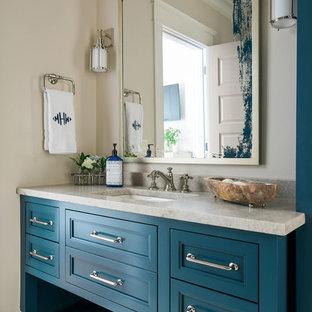 Foto de cuarto de baño marinero con armarios con paneles empotrados, puertas de armario azules, paredes beige, lavabo bajoencimera, encimera de granito y encimeras beige
