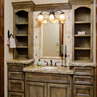 Foto di una grande stanza da bagno per bambini stile rurale con lavabo sottopiano, consolle stile comò, ante con finitura invecchiata, top in granito, piastrelle a mosaico, pareti beige, pavimento in travertino, piastrelle beige, pavimento beige e top grigio